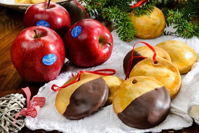 Foto Galletas caseras rellenas de manzana con cobertura de chocolate para Navidad