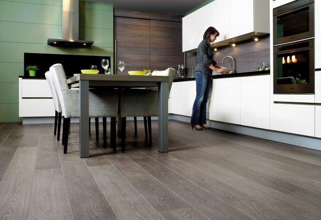 Foto Decora una cocina abierta con mobiliario atemporal