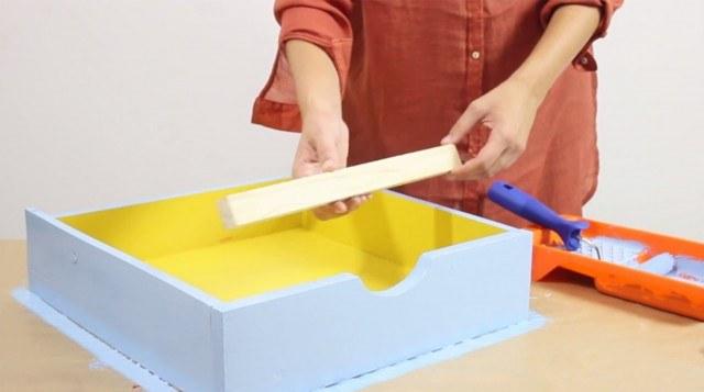 Foto Paso 4: Cortar el listón de madera para sujetar las revistas del cajón estantería