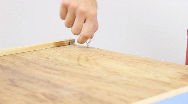 Foto Paso 5: Atornillar el listón de madera y colocar dos cáncamos en la parte trasera del cajón estantería