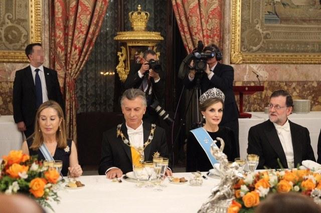 Foto Doña Letizia, junto a Mauricio Macri, Mariano Rajoy y Ana Pastor, durante la cena de gala en el Palacio Real