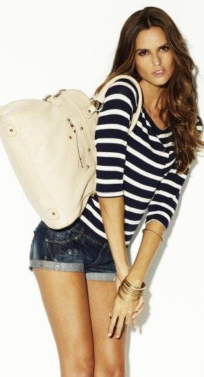 Foto Unos jeans y un maxibolso, dos básicos indispensables de toda it girl