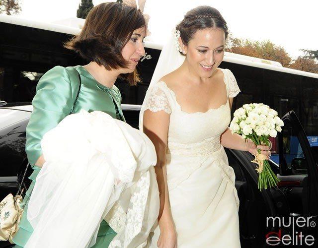 Foto Mai Meneses, muy emocionada a su llegada a la iglesia