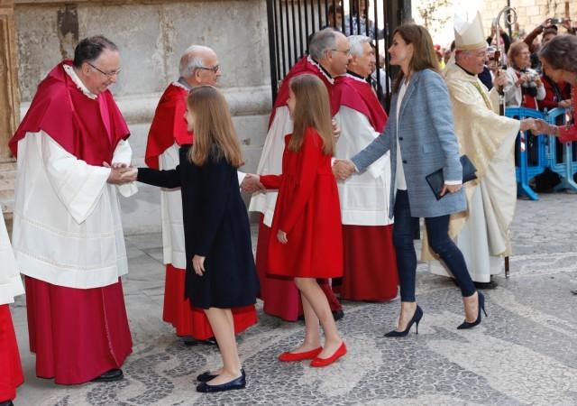 Foto La reina Letizia apuesta por un look azul con ajustados pantalones de cuero para la Misa del Domingo de Pascua en Palma