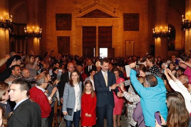 Foto Los Reyes con sus hijas y doña Sofía, saludan a los asistentes a la Misa del Domingo de Resurrección en la Catedral de Mallorca
