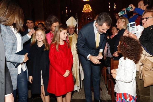 Foto La reina Letizia elimina las trenzas de los peinados de sus hijas en la Misa del Domingo de Pascua en Mallorca