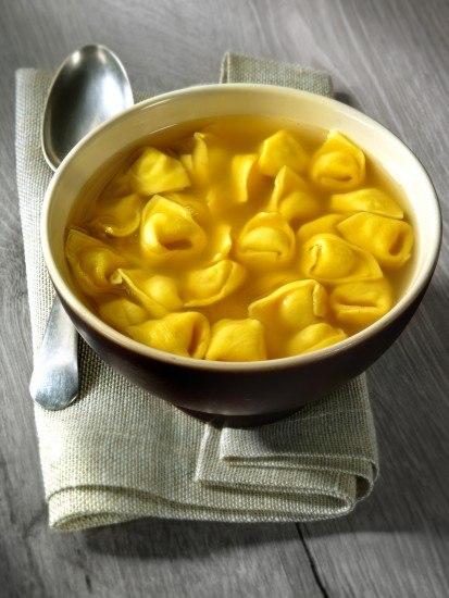 Foto Tortellini de carne en caldo, un plato ideal para el menú del Día de la Madre
