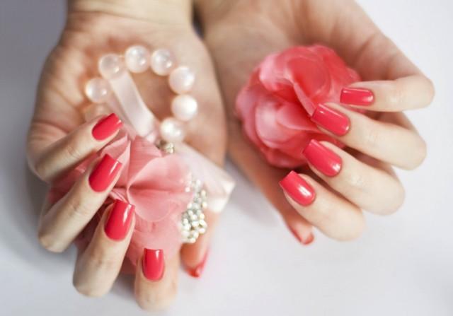 Foto Corales intensos y fucsias, los tonos que triunfan en la manicura de las novias más atrevidas