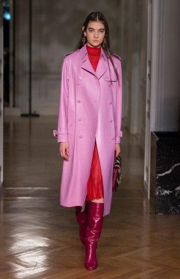 Foto Los looks con prendas de tonos rojos y rosas, una de las tendencias del momento