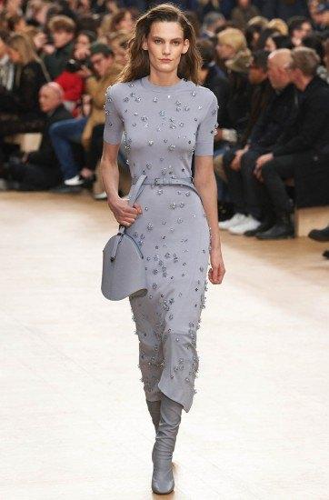 Foto El vestido gris plagado de estrellas de Nina Ricci pertenece a la colección de invierno 2017