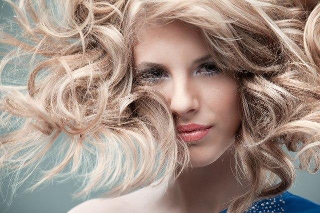 Foto Para el cabello rizado lo mejor son las mechas sunlights