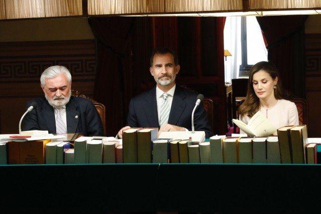 Foto Don Felipe y doña Letizia ocupan su lugar en la mesa junto al director de la Real Academia Española