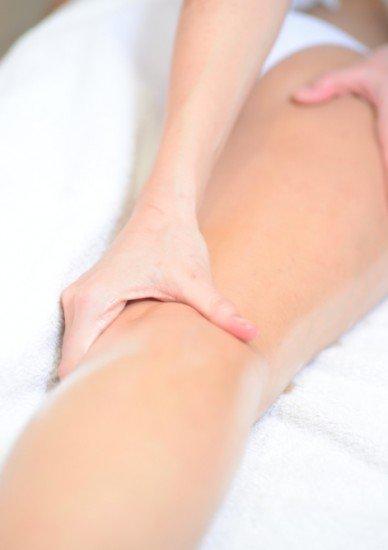 Foto Los masajes con aceites esenciales de pomelo, naranja o cola de caballo, perfectos para combatir las piernas hinchadas