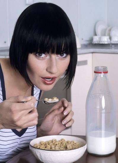Foto Añade leche y productos lácteos al desayuno para asegurar una ingesta adecuada de calcio, proteínas, vitaminas y minerales