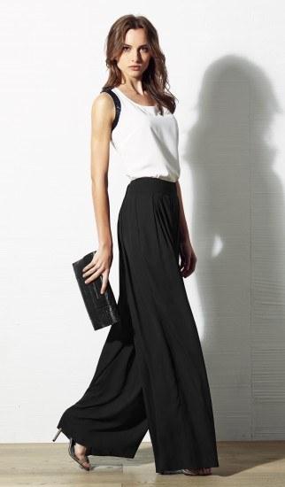 Foto Sofisticación y sencillez a la vez en un look con pantalón palazzo y blusa blanca para ir a la oficina en verano