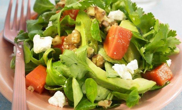 Foto Aguacates y frutos secos, alimentos a incluir en una dieta saludable