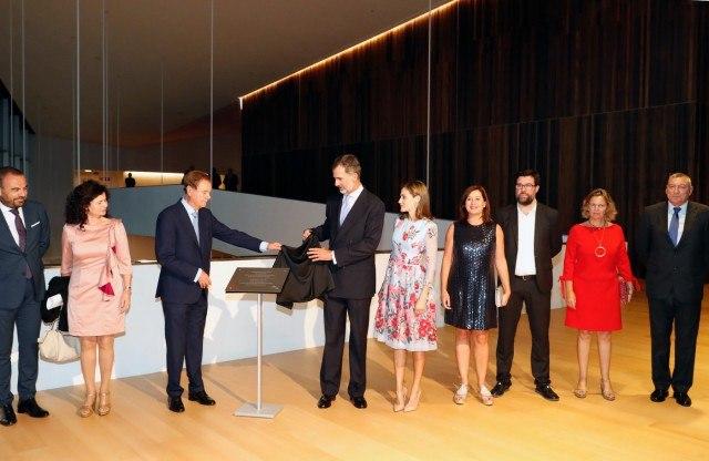 Foto Don Felipe, junto a doña Letizia, descubre una placa conmemorativa en el nuevo Palacio de Congresos de Palma