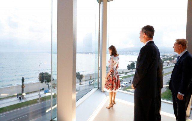 Foto La reina Letizia sorprende estrenando corte de pelo y vestido de Carolina Herrera en Palma de Mallorca