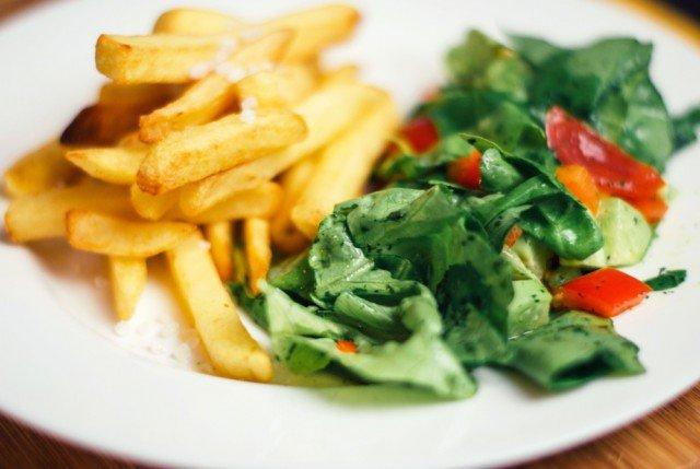 Foto Fritos y lechuga, dos de los alimentos prohibidos para cenar