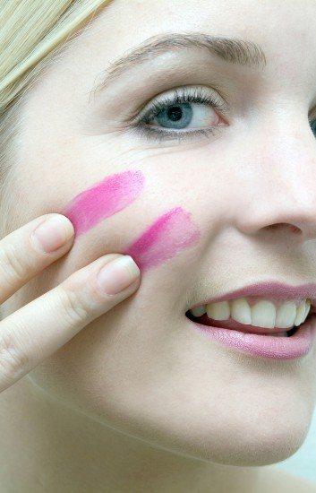 Foto La barra de labios color rosa chicle tapa las manchas de sol