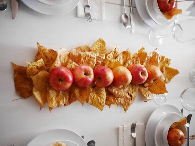 Foto Centro de mesa otoñal con hojas y manzanas