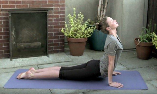 Foto La postura de la cobra, una de las asanas preferidas de Miranda Kerr
