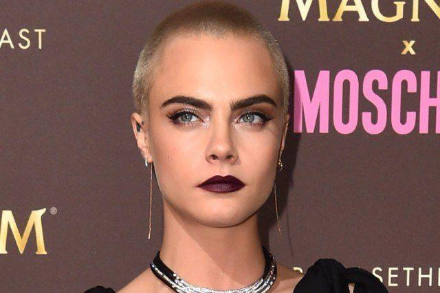 Foto Cara Delevingne une dos de las tendencias beauty más potentes: los labios oscuros y la cabeza rapada