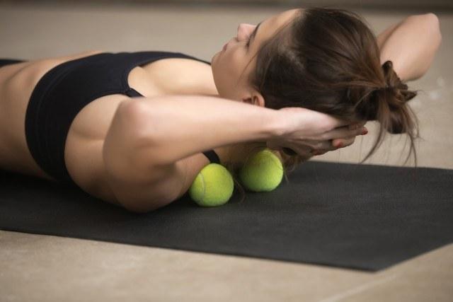 Foto Automasajes con una pelota de tenis para aliviar tensiones musculares