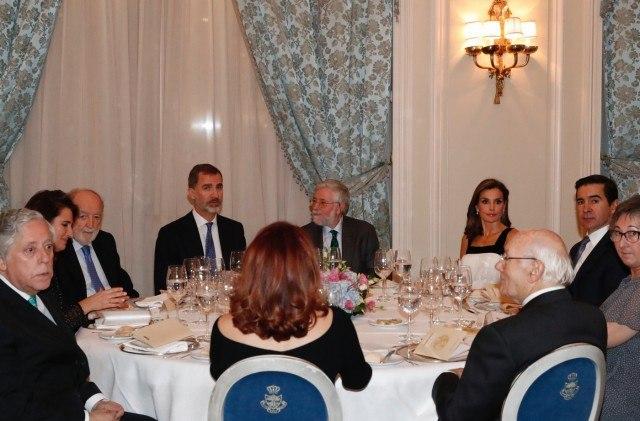 Foto Don Felipe y una radiante doña Letizia, en la mesa presidencial durante el acto de entrega de la XXXIV edición del Premio de Periodismo Francisco Cer