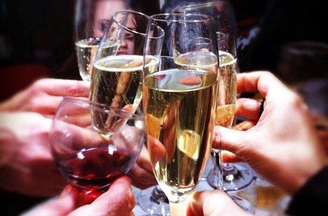 Foto Comer y beber en exceso pueden provocar situaciones muy incómodas en las fiestas