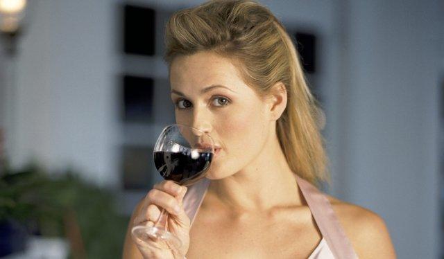 Foto La copa de vino debe sostenerse por el tallo y beber a sorbos cortos