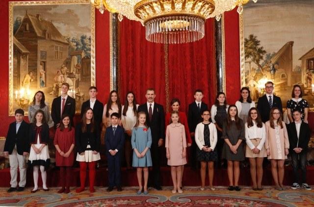 Foto Los Reyes con la princesa Leonor y la infanta Sofía con los niños ganadores del concurso ¿Qué es un Rey para ti