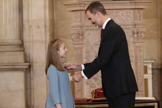 Foto Don Felipe prende el lazo con la miniatura del vellocino a su hija, la princesa Leonor
