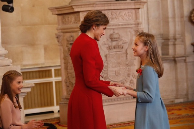Foto La reina Letizia, de rojo Varela, felicita a su hija, la princesa Leonor, tras la imposición del Toisón de Oro