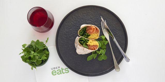 Foto Un burrito integral con huevos, salmón y espinacas para el desayuno de la felicidad
