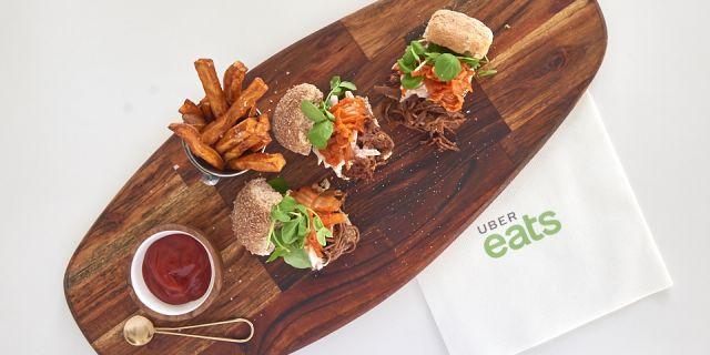 Foto Una hamburguesa integral con patatas fritas de boniato, para la comida de la felicidad