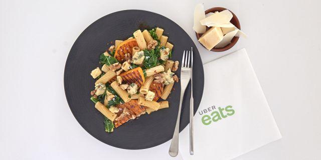 Foto Pasta integral con calabaza, nueces, col rizada y queso azul, una cena que te hará feliz
