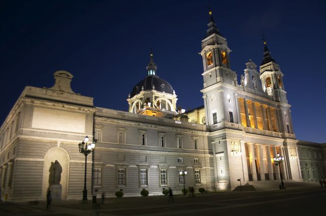 Foto Vista noctura de la Catedral de la Almudena en Madrid