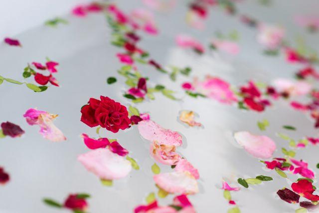 Foto Disfruta de un baño depurativo, afrodisíaco y reparador de pétalos de rosa
