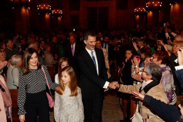 Foto La Familia Real saluda a los asistentes a la Misa del Domingo de Resurección en la Catedral de Mallorca