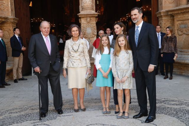 Foto Don Felipe, doña Letizia, sus hijas y los Reyes don Juan Carlos y doña Sofía, posan a su salida de la Catedral de Mallorca