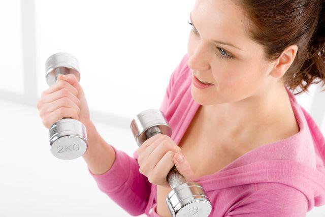 Foto El curl de bíceps, un ejercicio clásico para unos brazos firmes y tonificados