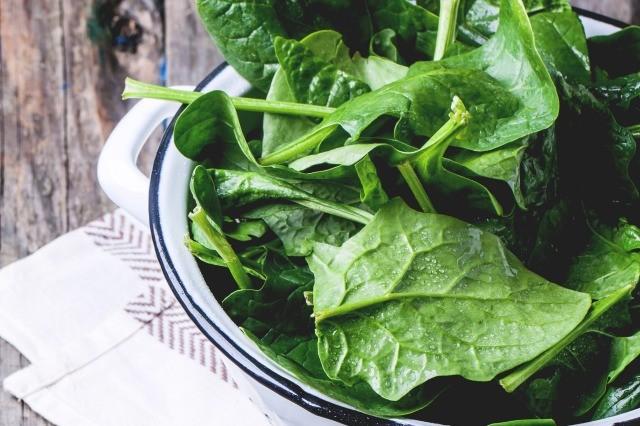 Foto Comer alimentos ricos en potasio como las espinacas ayuda a reducir la tensión arterial