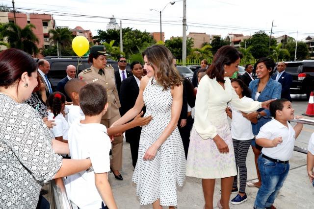 Foto La reina Letizia y Cándida Montilla a su llegada al Centro de Atención Integral para la Discapacidad CAID