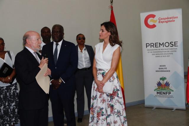 Foto La reina Letizia durante las palabras de bienvenida del director del Liceo Alexandre Petion