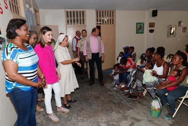 Foto La reina Letizia estrena alpargatas en su último día de viaje de cooperación en Haití
