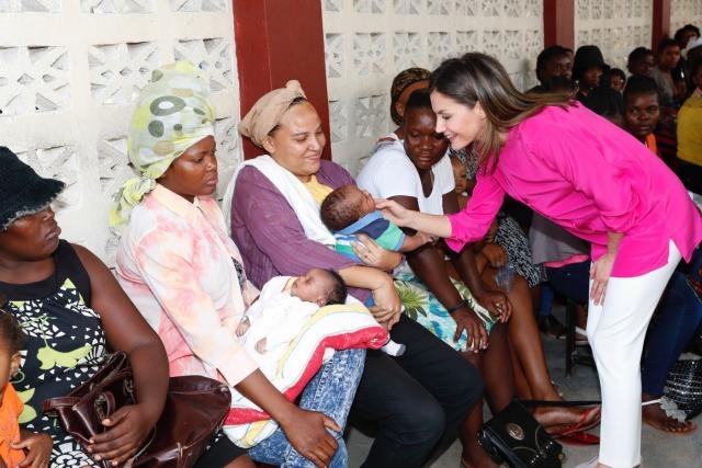 Foto La reina Letizia, todo ternura con los niños del Centro Educativo Sainte Louise de Marillac