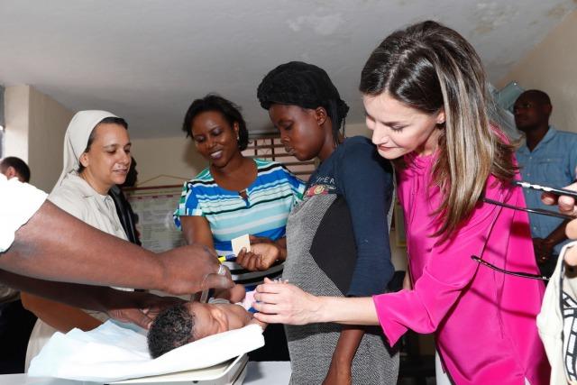 Foto Doña Letizia, todo dulzura con los niños del Centro Educativo Sainte Louise de Marillac
