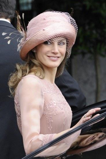 Letizia Ortiz brilló con un sombrero en la boda de Guillermo de Inglaterra y Kate Middleton