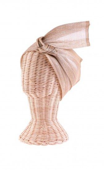 Foto Turbante de seda estilo indio en tonos dorados